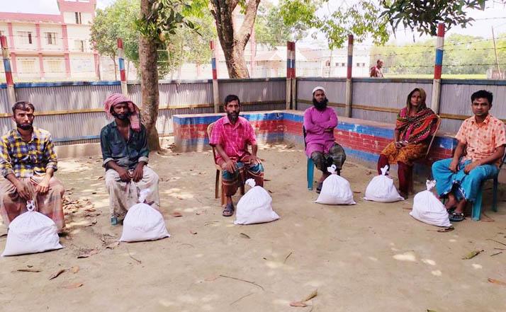 """ঈশ্বরগঞ্জে """"সোহাগীর আলো"""" সংগঠনের উপহার সামগ্রী বিতরণ"""